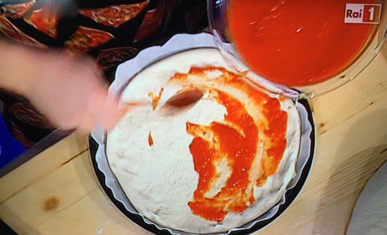 pomodoro sulla pizza in teglia Prova del Cuoco